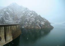 Presa de Vidraru en invierno Foto de archivo