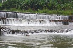 Presa del agua de río para el abastecimiento de agua imagenes de archivo