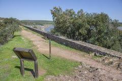 Presa del depósito de Cornalvo del top de la pared, Extremadura, balneario Fotografía de archivo
