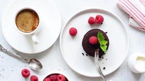 Presa del morso del dolce di cioccolato stock footage