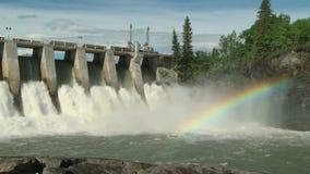 Presa del poder hidroeléctrico con la derecha de la cacerola del arco iris almacen de video