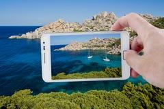 Presa dell'immagine con Smartphone in Sardegna fotografia stock libera da diritti