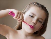 Presa della cura dei suoi denti da una giovane et? fotografie stock libere da diritti
