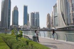 Presa della foto lungo il passaggio pedonale del porticciolo del Dubai Immagine Stock