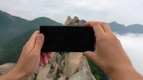 Presa della foto della roccia di Ulsanbawi Montagna nel parco nazionale di Seoraksan, Corea del Sud stock footage