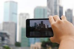 Presa delle foto di paesaggio urbano con la macchina fotografica del telefono cellulare Fotografie Stock Libere da Diritti
