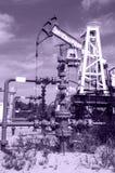 Presa e testa di pozzo della pompa nel giacimento di petrolio Immagine Stock