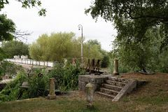 Presa hidroeléctrica en el río y cerca de la cerradura imágenes de archivo libres de regalías