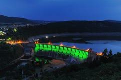 Presa iluminada verde de Edersee en el crepúsculo Fotografía de archivo