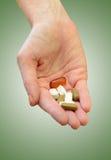Presa le vitamine quotidiane o dei supplementi fotografia stock