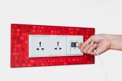 Presa a muro di USB della spina della mano della donna/piatto dello sbocco Fotografia Stock Libera da Diritti
