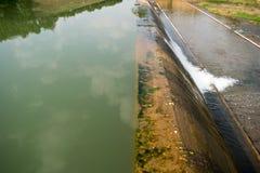 Presa para el agua en el lago - abastecimiento de agua para el verano Foto de archivo