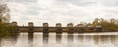 Presa que bloquea el río y que aumenta el nivel del agua para la navegación foto de archivo libre de regalías