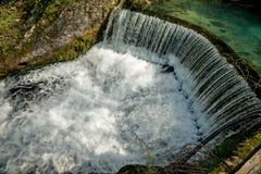 Presa semicircular que causa la cascada 01 Foto de archivo libre de regalías