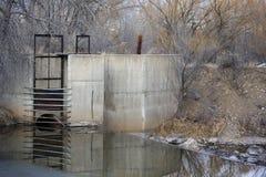 Presa y entrada de la diversión a la zanja de irrigación Fotografía de archivo libre de regalías