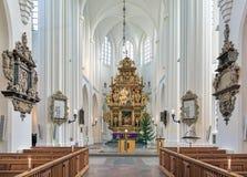 Presbiterio y altar de la iglesia del ` s de San Pedro en Malmö, Suecia Imágenes de archivo libres de regalías