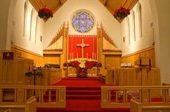 Presbiterio y poinsettias de la iglesia Imagen de archivo libre de regalías