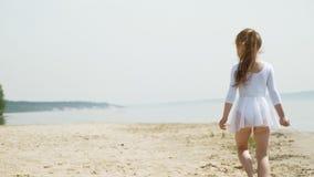 preschool девушка с танцами гимнастическая лента на песчаном пляже Лето, рассвет сток-видео