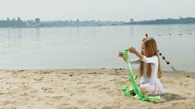 preschool девушка с танцами гимнастическая лента на песчаном пляже Лето, рассвет видеоматериал
