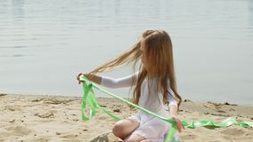 preschool девушка с танцами гимнастическая лента на песчаном пляже Лето, рассвет акции видеоматериалы