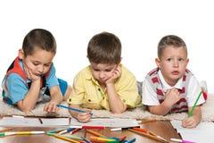 Мальчики Preschool рисуя на бумаге стоковые фотографии rf