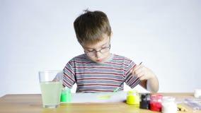 Preschool chłopiec rysuje obrazek paintbrush zbiory