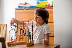 Preschool dziecko, bawić się z zabawkami w pogodnym pokoju Zdjęcie Stock
