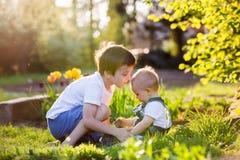 Preschool dziecko, przytulenie i całowanie, jego słodka berbeć chłopiec Zdjęcie Royalty Free