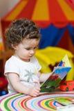 Preschool dziewczynka patrzeje obrazek książkę obrazy royalty free