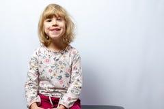 Preschool dziewczyny pracowniany portret na czystym tle fotografia royalty free