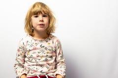 Preschool dziewczyny pracowniany portret na czystym tle obraz stock