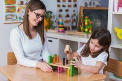 Preschool nauczyciel z dzieciakiem Ma Kreatywnie Edukacyjne aktywność zdjęcia royalty free