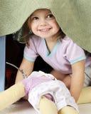 preschooler взгляда украдкой boo стоковая фотография