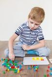 Preschooler играя мозаику стоковая фотография rf