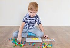 Preschooler играя мозаику стоковые фотографии rf