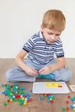 Preschooler играя мозаику стоковое изображение rf