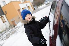 Preschooler играя с снегом снаружи Стоковая Фотография