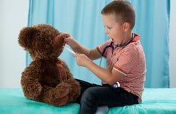 Preschooler и его плюшевый медвежонок стоковые фото