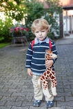 Preschooler adorável na maneira ao verão do jardim de infância da escola Fotografia de Stock Royalty Free