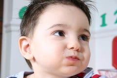Preschooler adorabile che mangia gli spuntini immagine stock