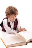 Preschooler che legge un libro Immagini Stock Libere da Diritti