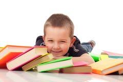 Preschooler con il mucchio dei libri immagine stock