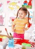 Preschooler del bambino nella maschera arancione di tiraggio. Fotografie Stock