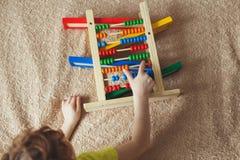 Preschooler dziecko uczy się liczyć Śliczny dziecko bawić się z abakus zabawką Chłopiec ma zabawę, dziecina c lub dzień indoors w zdjęcia royalty free