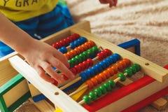 Preschooler dziecko uczy się liczyć Śliczny dziecko bawić się z abakus zabawką Chłopiec ma zabawę indoors w domu zdjęcia royalty free