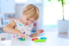 Preschooler dziewczyna bawić się z plasteliną obraz royalty free