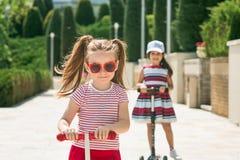 Preschooler dziewczyny jedzie hulajnoga outdoors fotografia stock