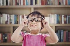 Preschooler femminile in libreria Fotografia Stock