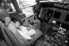 Preschooler na cabina do piloto do avião Fotografia de Stock