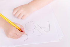 Preschooler que aprende escribir alfabeto Imagen de archivo libre de regalías
